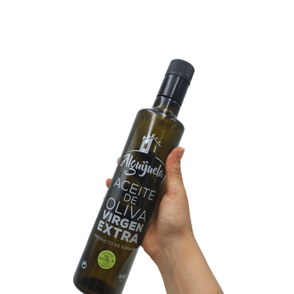 Imagen de una persona sujetando una botella de AOVE Dorica 500ml Aceites Alguijuela